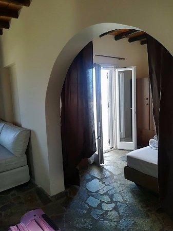 Agios Georgios, Greece: το υπνοδωμάτιο από την είσοδο