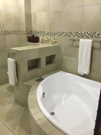 Coco De Mer: Spacious bathroom