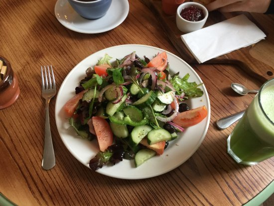 Mortehoe, UK: Greek Salad without Feta & Cucumber & Mint Fresh Juice