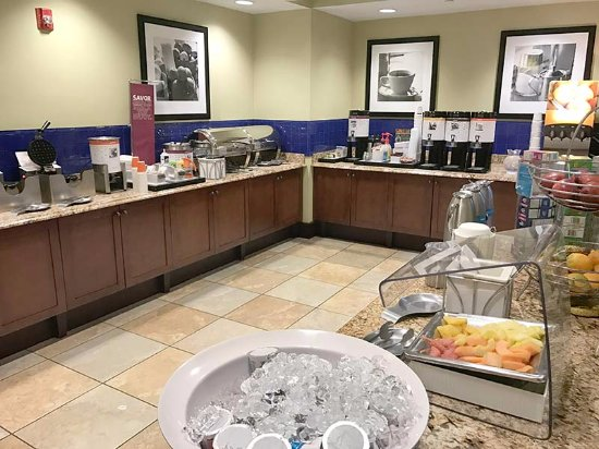 Hampton Inn & Suites Hartford/Farmington: The breakfast buffet is in this room; nicely arranged and very clean. All good here.