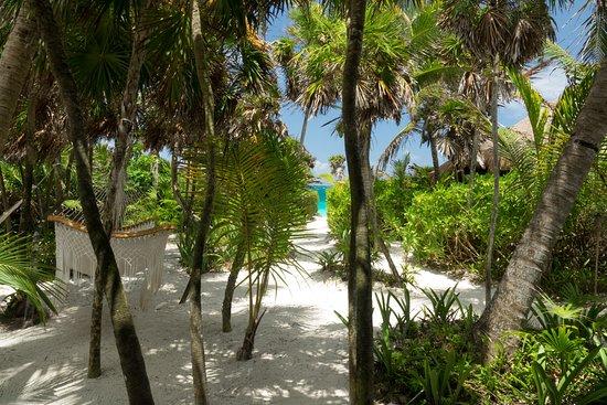 Sol Caribe: pasillo que da a la playa desde nuestro cuarto