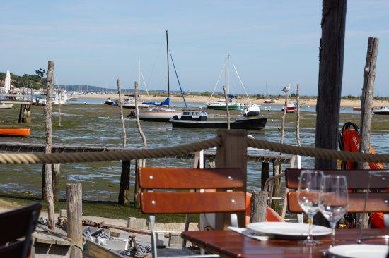 CAP HUITRES - Mme Catherine Roux: Vue depuis la terrasse, sur le ponton du restaurant