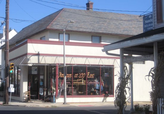 Quakertown, PA: Entrance - Antiques at 200 East