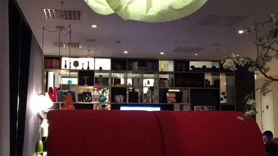 citizenM Glasgow: Seating area at bar level