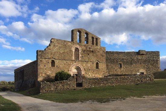 Arboussols, France : le prieuré dans les nuages