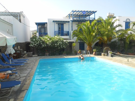 Ormos Agiou Ioannou, Grécia: Swimming pool with view of roof terrace,