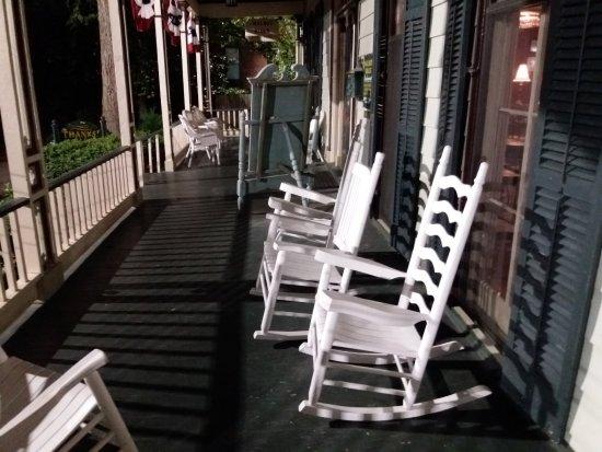 Walnut Hills Restaurant: Rocking chairs on veranda