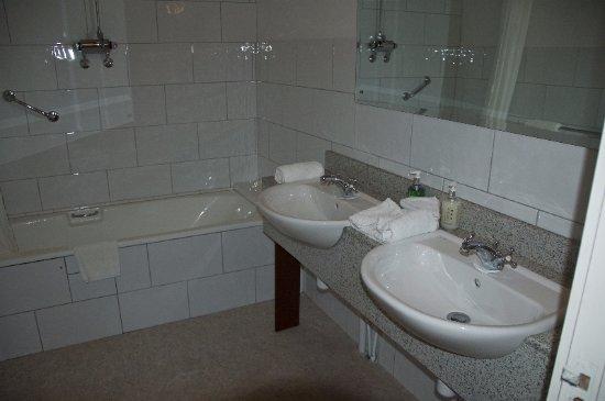 Kenmare House : Large bathroom