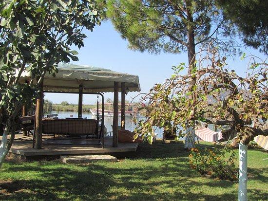Asur Hotel & Aparts & Villas: Garden area leading down to the river.
