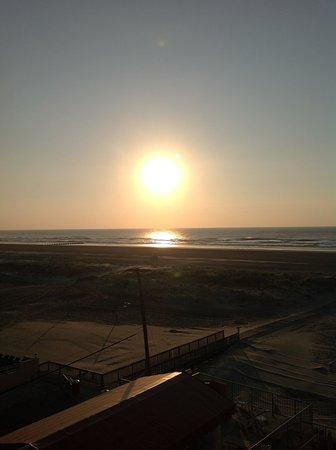 Reges Oceanfront Resort: sunrise
