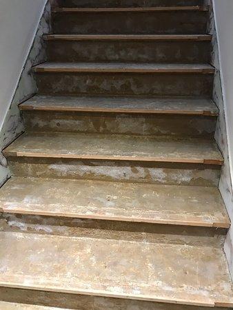 Best Western Hotel Ile De France: escalier pour monter aux chambres du deuxieme