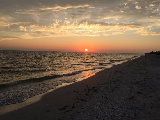 Waterside Inn on the Beach : Beautiful sunsets.