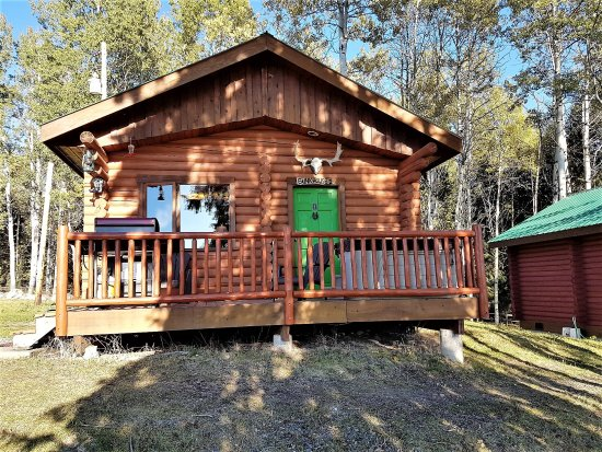 Bridge Lake, Kanada: Our cabin, complete with our own hot tub on the deck.