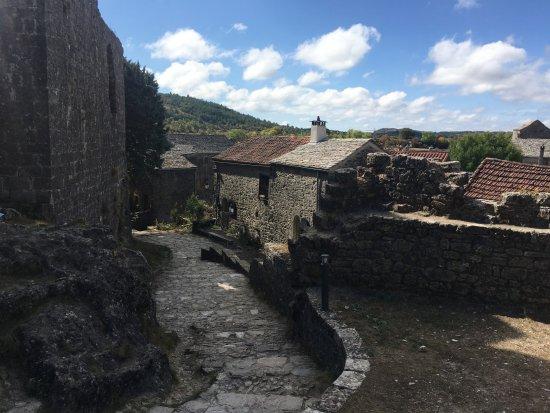 La Couvertoirade, France: auf dem weg von der kirche zum lokal