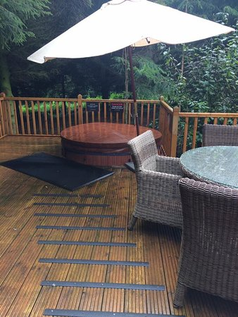 Little Budworth, UK: Hot tub and ourtdoor decking, bbq and table and chairs