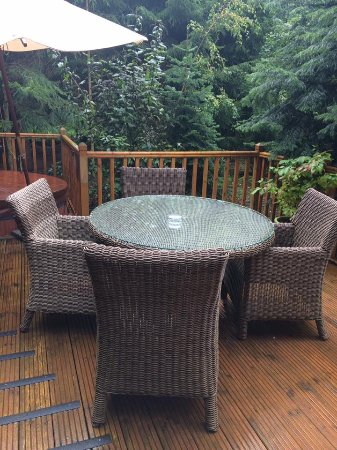 Little Budworth, UK: Outdoor decking with table and chairs secluded and private