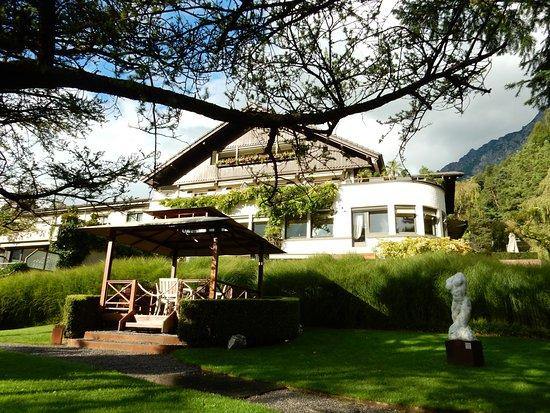 Parkhotel Sonnenhof: Gartenanlage mit Pavillon, dahinter das Hotel