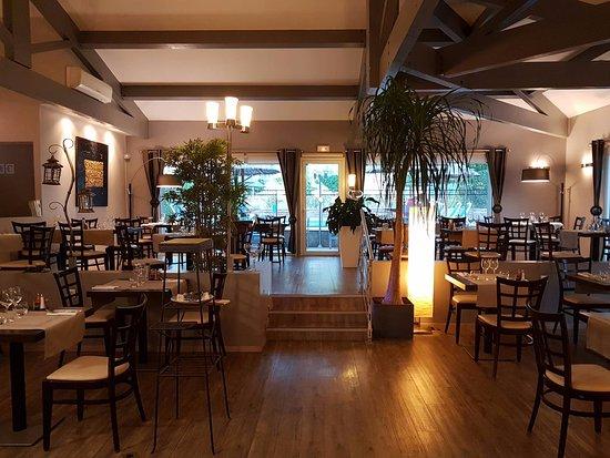 Hotel Spa Les Alpes: Hôtel des Alpes Greoux Les Bains restaurant et terrasse ombragée