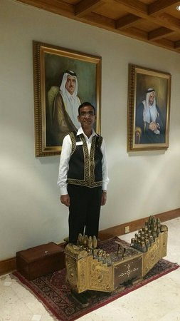 Radisson Blu Hotel, Dubai Deira Creek : Чистильщик обуви