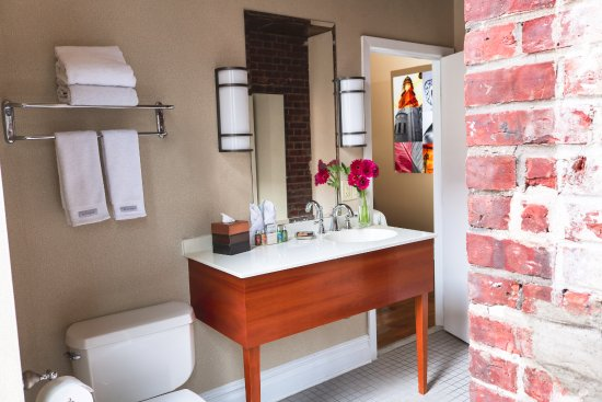 The Independent Hotel: Guestroom Bathroom