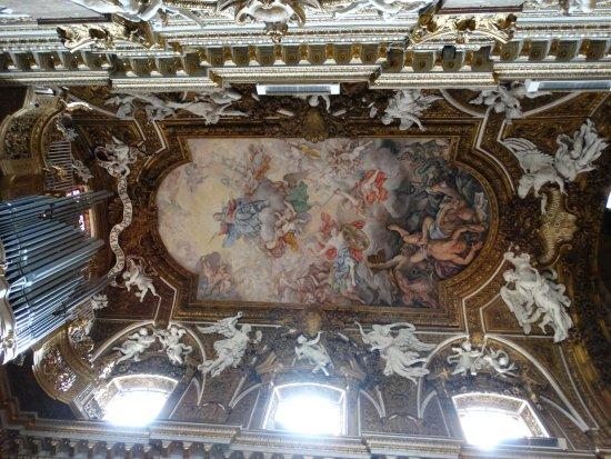 Santa Maria della Vittoria: Teto: pintura e esculturas. Efeito surpreendente.