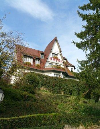Hostellerie du Chateau d'As: Auf dem Weg zum Hoteleingang