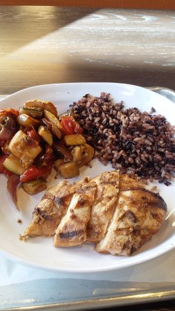Vestal, Nova York: New plates at corelife. I opted for wild rice chicken and the seasonal veggies.