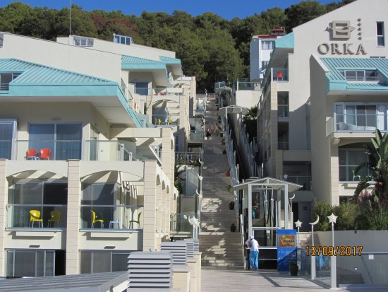 Orka Sunlife Hotel: steps up to the rooms