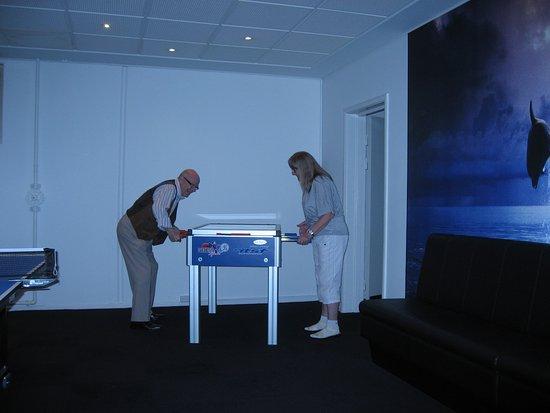 Korsoer, Denmark: Det lidt for lave bordfodboldbord.