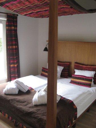 Korsoer, Denmark: Senge på suite 110 i stuen med udgang direkte til de spaområdet.