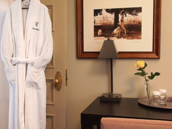 Hotel Wales_ Guest Room Classic Decor