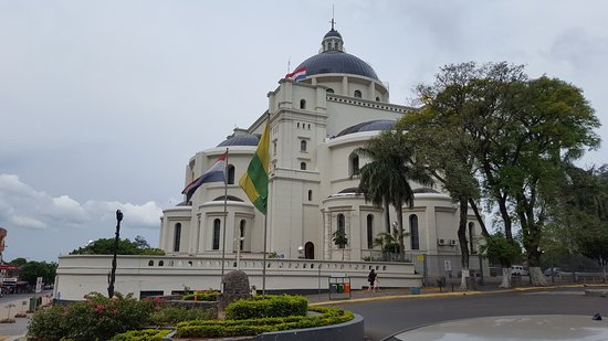 Caacupe, Paraguay: Exterior e interior del templo