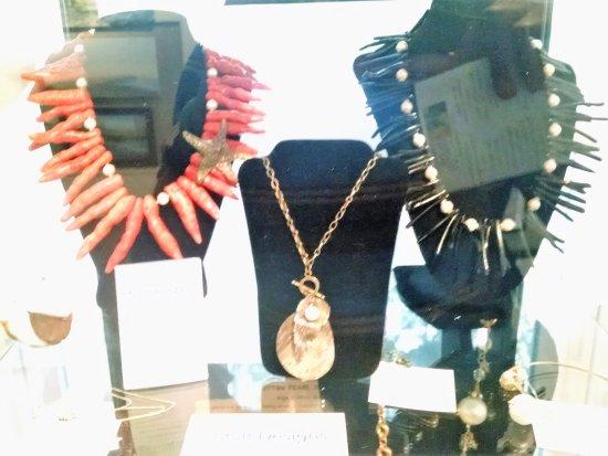 Pawleys Island, Carolina del Sur: Necklaces on display