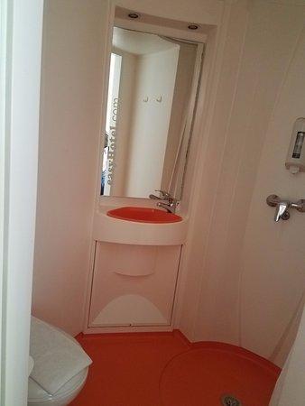 easyHotel Budapest Oktogon: Tight WC