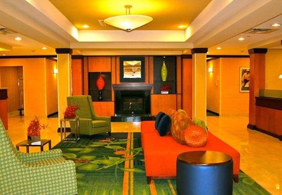 Austintown, OH: Lobby Sitting Area