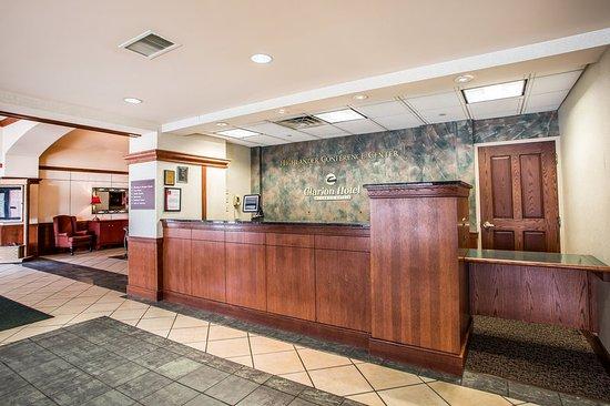 Clarion Highlander Hotel and Conference Center: Front Desk
