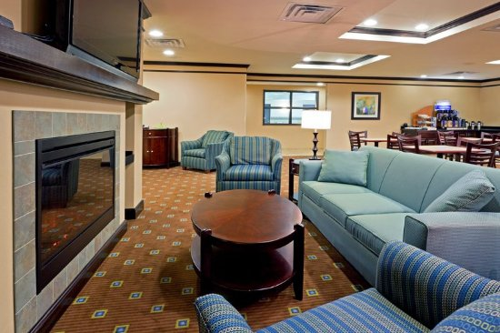 Cicero, NY: Enjoy the fireplace and the 52' HDTV in our Great Room.