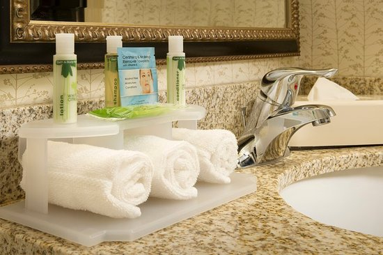 Holiday Inn Express & Suites Alexandria-Fort Belvoir: Complimentary Bath & Body Works Amenities in all Guest Bathrooms