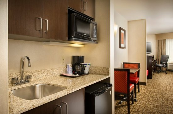 Holiday Inn Express & Suites Alexandria-Fort Belvoir: In-Suite Wet Bar with Microwave, Mini Fridge and Coffee/Tea Maker