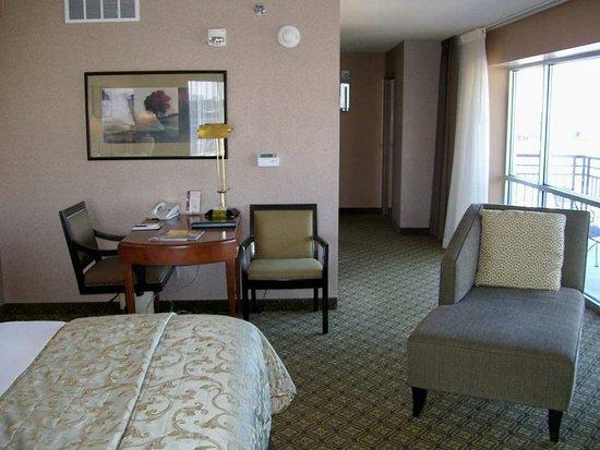 Bay City, MI: King Junior Suite Sitting Area