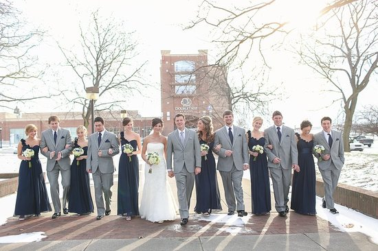 Bay City, MI: Wedding Party In Front Of Hotel