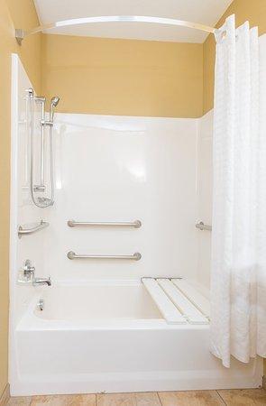 Apex, Carolina del Norte: ADA/Handicapped accessible Guest Bathroom with mobility tub