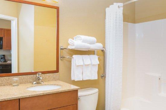 Apex, Carolina del Norte: Two Double Bed Studio Guest Bathroom