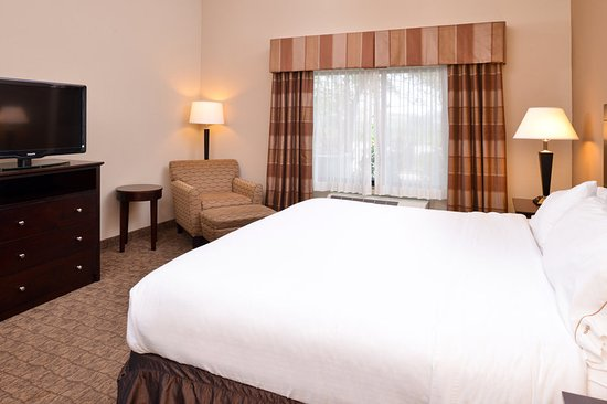 Holiday Inn Express & Suites Fairmont: Guest Room