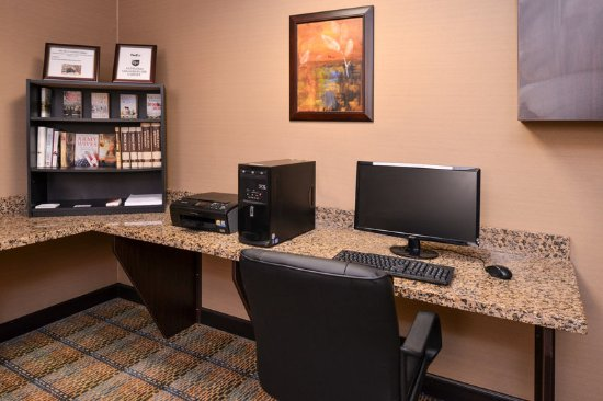 Holiday Inn Express & Suites Fairmont: Business Center