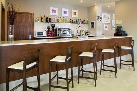 Holiday Inn Express Campo de Gibraltar - Barrios: Bar and Lounge