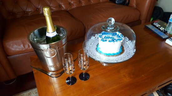 Oasis Suites Hotel: Cake & champagne as desribed in riview.