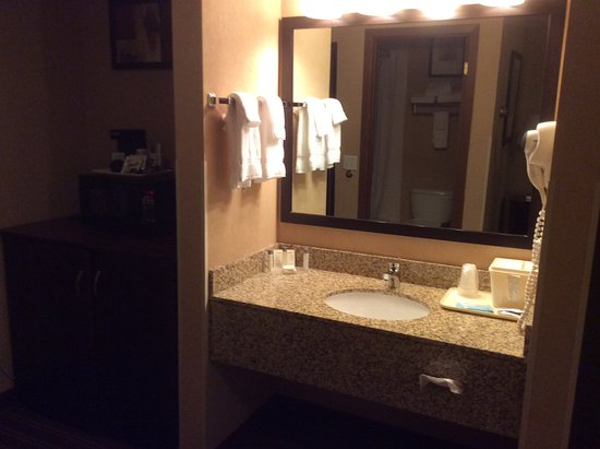 Yellowstone West Gate Hotel: Blow dryer included