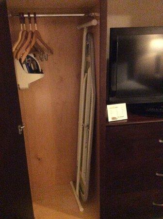Yellowstone West Gate Hotel: Iron & ironing board