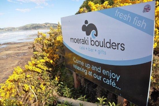 Moeraki Boulders : 海岸の案内板もあった